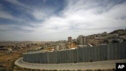 Une section, près de Jérusalem, de la muraille de sécurité érigée par Israël, le 9 juillet 2012.