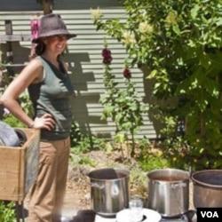 Aktivis lingkungan Rebecca Burgess sedang mengawasi proses pembuatan pakaian ramah lingkungan.
