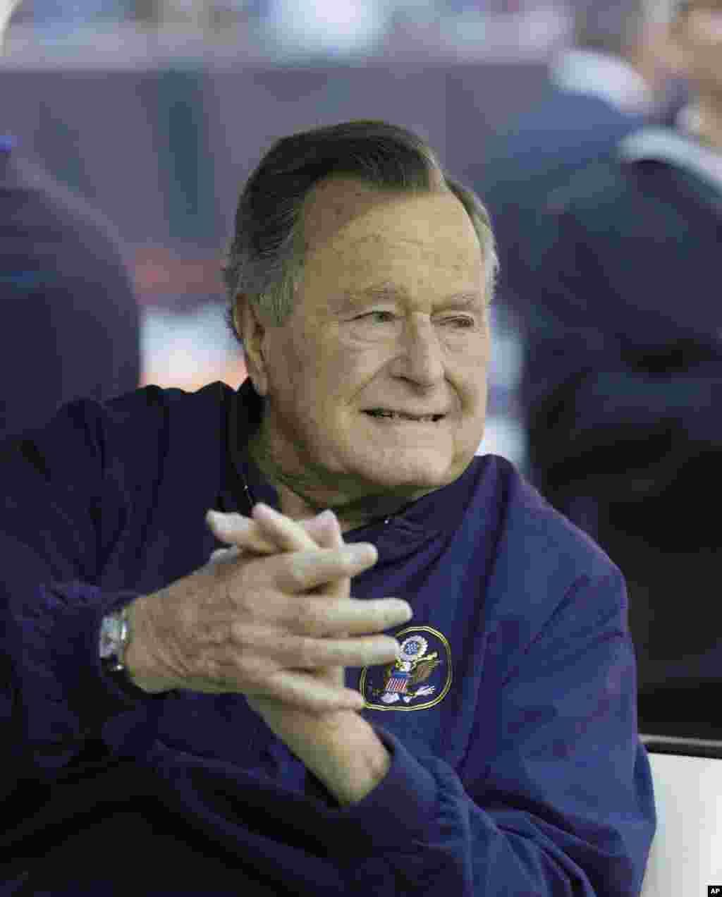 Mantan presiden George H. W. Bush menonton pertandingan football NFL antara Houston Texans dan Cincinnati Bengals, Houston, 23 November 2014.