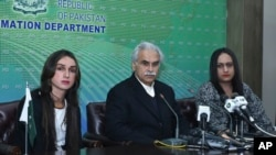 پاکستانی وزیر اعظم کے خصوصی معاون برائے صحت ڈاکٹر ظفر مرزا نیوز کانفرنس میں ٹرانس جینڈر لوگوں کیلئے ہیلتھ کارڈز کی تفصیلات بتا رہے ہیں
