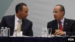El presidente de México, Felipe Calderón, (d) con el gobernador de Chihuahua, uno de los estados fronterizos.