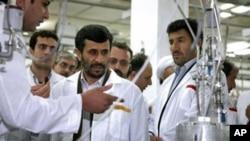 伊朗总统艾哈迈迪内贾德参观伊朗的浓缩铀设施 (资料照片)