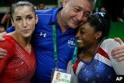 Vận động viên Simone Biles (phải) và bạn thân, vận động viên Aly Raisman, và đội trưởng Mihai Brestyan sau khi giành huy chương vàng và bạc ở nội dung thi đấu đơn nữ thể dục dụng cụ tại Thế vận hội Mùa hè 2016 ở Brazil, ngày 11 tháng 8 năm 2016.