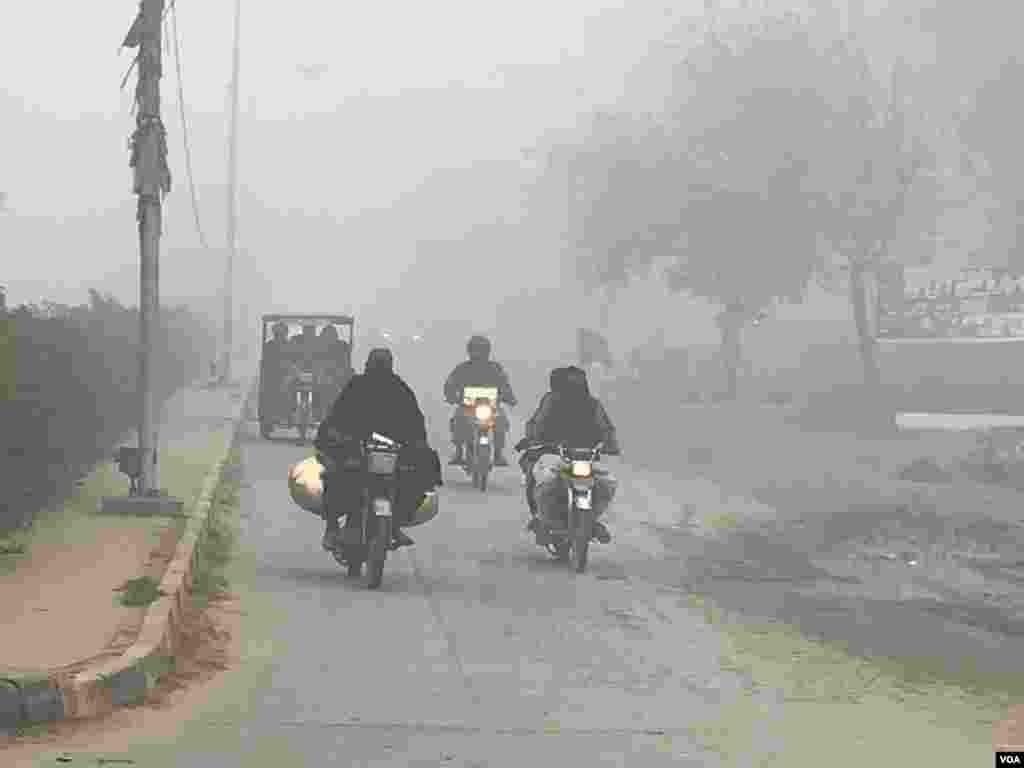 دھند کے باعث حد نگاہ کم ہو جاتی ہے اور ڈرائیونگ کے دوران لوگوں کو دشواری کا سامنا کرنا پڑتا ہے۔