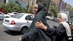 Mary Razaian (derecha), madre del corresponsal del Washington Post detenido en Irán Jason Razaian, y su esposa Yeganeh Salehi, salen de la corte revolucionaria en Teherán.