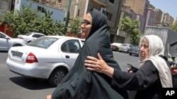 Bà Mary Rezaian, phải, mẹ của phóng viên Washington Post Jason Rezaian và vợ của ông bà Yeganeh Salehi, đến Tòa án Cách mạng ở Tehran (ảnh chụp ngày 13/7/2015).