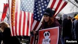 Como una muestra de apoyo más al movimiento, el vicepresidente Mike Pence y su esposa Karen Pence subieron a la tarima para presentar el mensaje del presidente.
