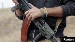 """Un soldado del batallón de autodefensas """"Azov"""" monta guardia en las afueras de Mariupol."""