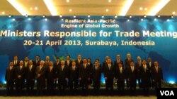 Para menteri perdagangan APEC berfoto bersama seusai pertemuan di Surabya, 21 April 2013 (VOA/Petrus Rizki).