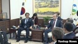 지난해 11월 한국을 방문한 알렉산드르 갈루슈카 러시아 극동개발부 장관(오른쪽)이 서울 정부청사에서 류길재 통일부 장관과 담화하고 있다.