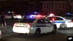 Ảnh do WHEC-TV cung cấp cho thấy xe cảnh sát phong tỏa đường phố sau vụ nổ súng chết người ở Rochester, New York.