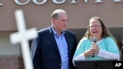 Kim Davis, funcionaria del Condado Rowan, Kentucky, junto al candidato presidencial republicano Mike Huckabee, hablaron tras la liberación de Davis en la cárcel del Condado Carter, en Grayson, Kentucky, el martes, 8 de septiembre de 2015.