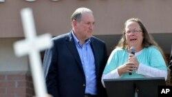 Thư ký quận hạt bang Kentucky Kim Davis cùng ứng cử viên tổng thống Đảng Cộng hòa Mike Huckabee (trái) sau khi được thả từ trung tâm giam giữ Carter County ở Grayson, Kentucky, ngày 8/9/2015.