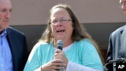 Kim Davis, la greffière du Kentucky, refuse de délivrer des certificats de mariage aux couples homosexuels (AP Photo/Timothy D. Easley)