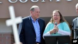 La funcionaria Kim Davis aparece en esta foto junto al aspirante presidencial republicano, Mike Huckabee, en Kentucky, poco después de ser puesta en libertad.