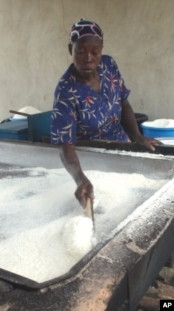 Transforming cassava into processed foods preserves the harvest and increases incomes.