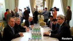 美国国务卿克里(前右)和俄罗斯外长拉夫罗夫(前左)在巴黎会晤