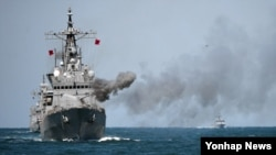 24일 한국 서해상 덕적도 인근 해역에서 실시된 천안함 5주기 해상기동훈련에서 한국형 해군 구축함(DDH-I) 을지문덕함이 대공 사격을 하고 있다.