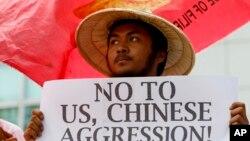 Người Philippines biểu tình phản đối Trung Quốc đặt tên lửa trên các đảo có tranh chấp ở Biển Đông, ngày 19/2/2016.