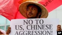 Một người biểu tình ở Philippines, một trong các quốc gia Đông Nam Á tranh chấp biển Đông, tuần hành bên ngoài lãnh sự quán Trung Quốc ở thành phố Makati, hôm 19/2.