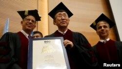 بان کی مون پس از دریافت مدال افتخاری جرج وایز در دانشگاه تل آویو.
