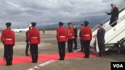 美国国务卿克里飞抵地拉那,正走下飞机。摄于2016年2月14日