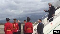 ລັດຖະມົນຕີການຕ່າງປະເທດ ສະຫະລັດ ທ່ານ John Kerry ຍ່າງລົງຈາກເຮືອບິນໃນຂະນະທີ່ເດີນທາງຮອດນະຄອນຫຼວງ Tirana, ປະເທດ Albania. 14 ກຸມພາ, 2016. (Pam Dockins/VOA)