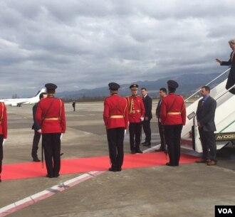 Menteri Luar Negeri AS John Kerry turun dari pesawatnya setibanya di Tirana, Albania, 14 Februari 2016. (Pam Dockins/VOA)
