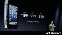 苹果公司全球市场营销高级副总裁菲尔•席勒在旧金山介绍iPhone 5价位。2012年9月12日 (照片来源:美联社)