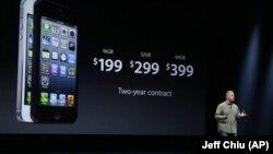 苹果公司全球市场营销高级副总裁菲尔•席勒在旧金山介绍iPhone 5价位(9月12日)