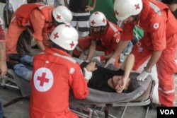 The Lebanese Red Cross take a hunger striker to a waiting ambulance. The tents of hunger strikers were attacked, with a number of the hunger strikers arrested earlier in the day, Sept. 16, 2015. (J. Owens/VOA)