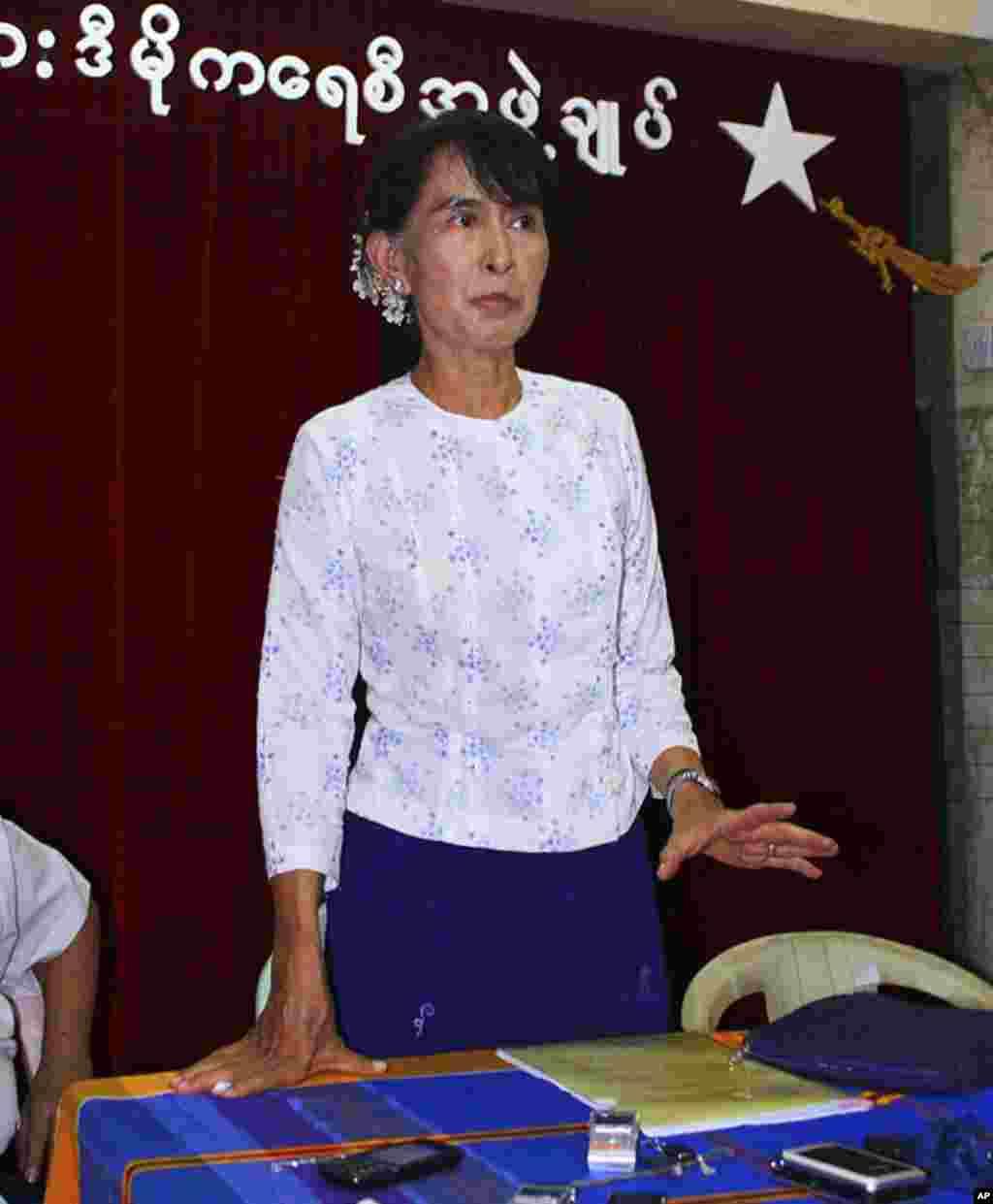 缅甸民主运动领袖昂山素季2012年4月30日在缅甸仰光的全国民主联盟总部与记者谈民主。