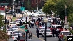 Cảnh sát đến khu vực xảy ra vụ rượt đuổi và nổ súng bên ngoài trụ sở Quốc hội, ngày 3/10/2013.