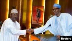 Shugaba Muhammadu Buhari yana taya shugaban hukumar zabe mai zaman kanta, INEC, Mahmoud Yakubu jim kadan bayan rantsar da shi a Abuja, 9 Nuwamba 2015.
