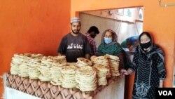 غریب آبادیوں میں بھیجنے کے لیے کھانا گھر میں روٹیاں تیار کی جا رہی ہیں۔
