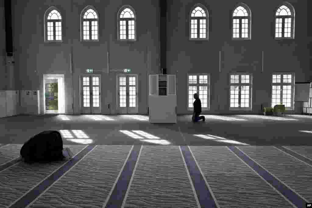 Dua pria Muslim melakukan shalat di masjid kota Amsterdam, Belanda.