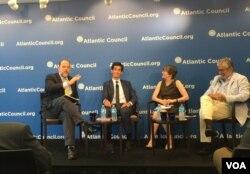 OECE拉美加勒比部门主任梅尔吉索(左二)与美贸易代表办公室前中国问题顾问雷明(左三)在大西洋理事会(美国之音叶林拍摄)