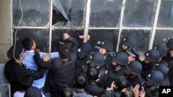 绪激动的板桥阿依村村民和保安发生冲突