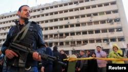 Policajci ispred zgrade oštećene u jednoj od eksplozija