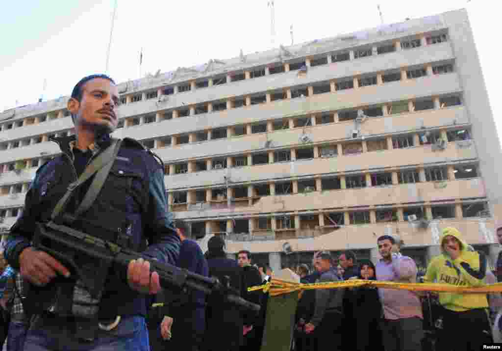 تجمع نیروهای پلیس و مردم در برابر ساختمان اداره امنیت مصر. بمبی که در یک اتوموبیل کار گذاشته شده بود در برابر ستاد نیروهای امنیتی منفجر شد و چندین کشته و زخمی برجا گذاشت. قاهره، ۲۴ ژانویه