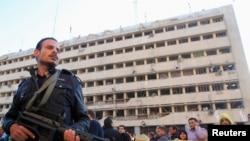 在開羅的警察總部被自殺汽車炸彈爆炸手襲擊後,警察在場戒備