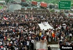 Mobil lapis baja polisi dan pasukan anti huru-hara memblokir sekitar 5.000 mahasiswa yang bergerak dari arah Universitas Trisakti saat mencoba berunjuk rasa di jalan-jalan Ibu Kota Jakarta, 12 Mei 1998. (Foto: dok).