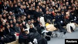 法国为巴黎袭击受难者举行悼念仪式