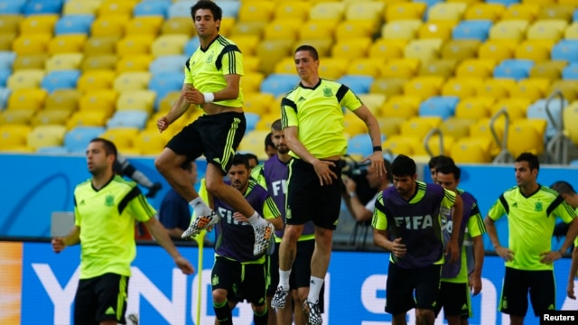 Spain's national soccer players Javi Martinez, second from left, and Fernando Torres, third from left, exercise during a training session for the 2014 World Cup at the Maracana stadium in Rio de Janeiro, June 17, 2014.