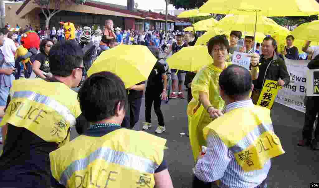 街头表演让学生和警察握手言和(美国之音国符拍摄)