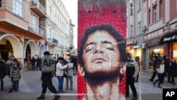 Karya-karya seni eksibisi Art Liberte, eksibisi keliling pertama dalam rangka peringatan 30 tahun runtuhnya tembok Berlin dipamerkan di ruang terbuka Kota Plovdiv, menjelang acara penobatan Plovdiv sebagai Ibu Kota Budaya Eropa, Sabtu, 12 Januari 2019. (Foto: AP).