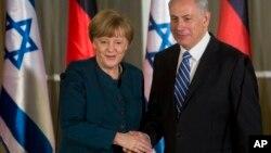 La Chancelière Angela Merkel, à gauche, serra la main au Premier ministre Benjamin Netanyahu à Jerusalem, le 24 février 2014.