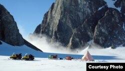 Các nhà nghiên cứu người Anh cắm trại gần đảo Alexander ở Nam cực