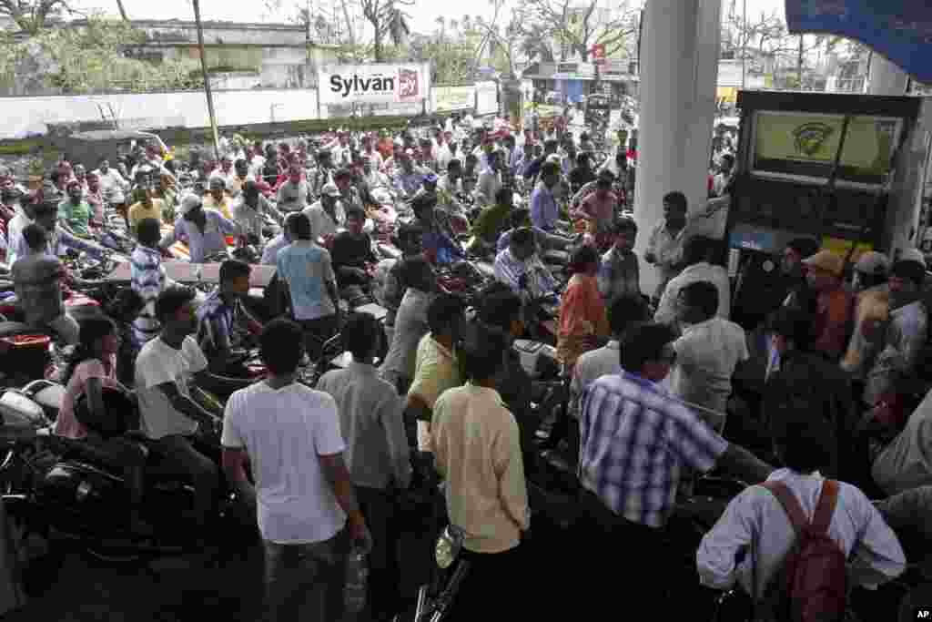 People crowd to buy gas after a fuel station resumed its services in Berhampur in Ganjam district, Orissa state, India, Oct. 14, 2013.
