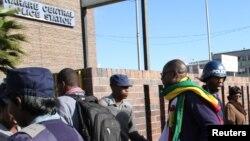 FILE: UMfundisi Evan Mawarire phandle kwe Harare Central Police station in Zimbabwe, July 12, 2016.
